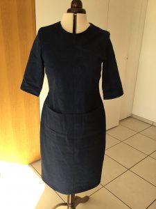 Das Kleid hat Taschen in der Taillennaht